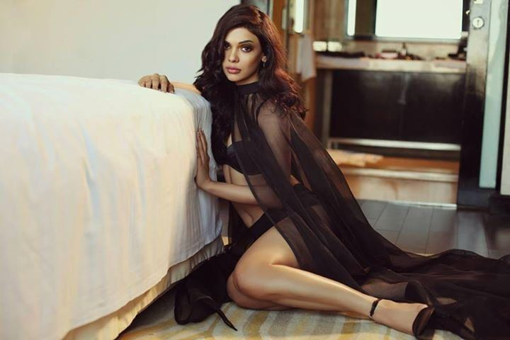 15 Hot and Sizzling Pics of Pakistani Actress Sara Loren