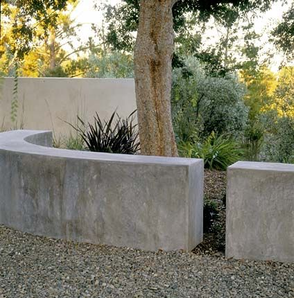 Low Garden Wall As Sculpture Pea Gravel Path Stucco Wall In Second Color Background Concrete Retaining Walls Concrete Garden Garden Seating