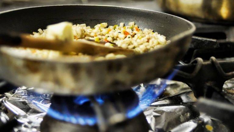 Tortino di riso basmati con gamberi e asparagi: raffinato, ma neanche troppo impegnativo da riprodurre. La ricetta viene dalla mitica osteria del Teatro di Piacenza. Un misto di rigore, cucina fusion e amore per la contaminazione, tra piacentino e indiano. http://winedharma.com/it/dharmag/febbraio-2014/tortino-di-riso-basmati-salsa-al-curry-con-gamberoni-e-verdurine