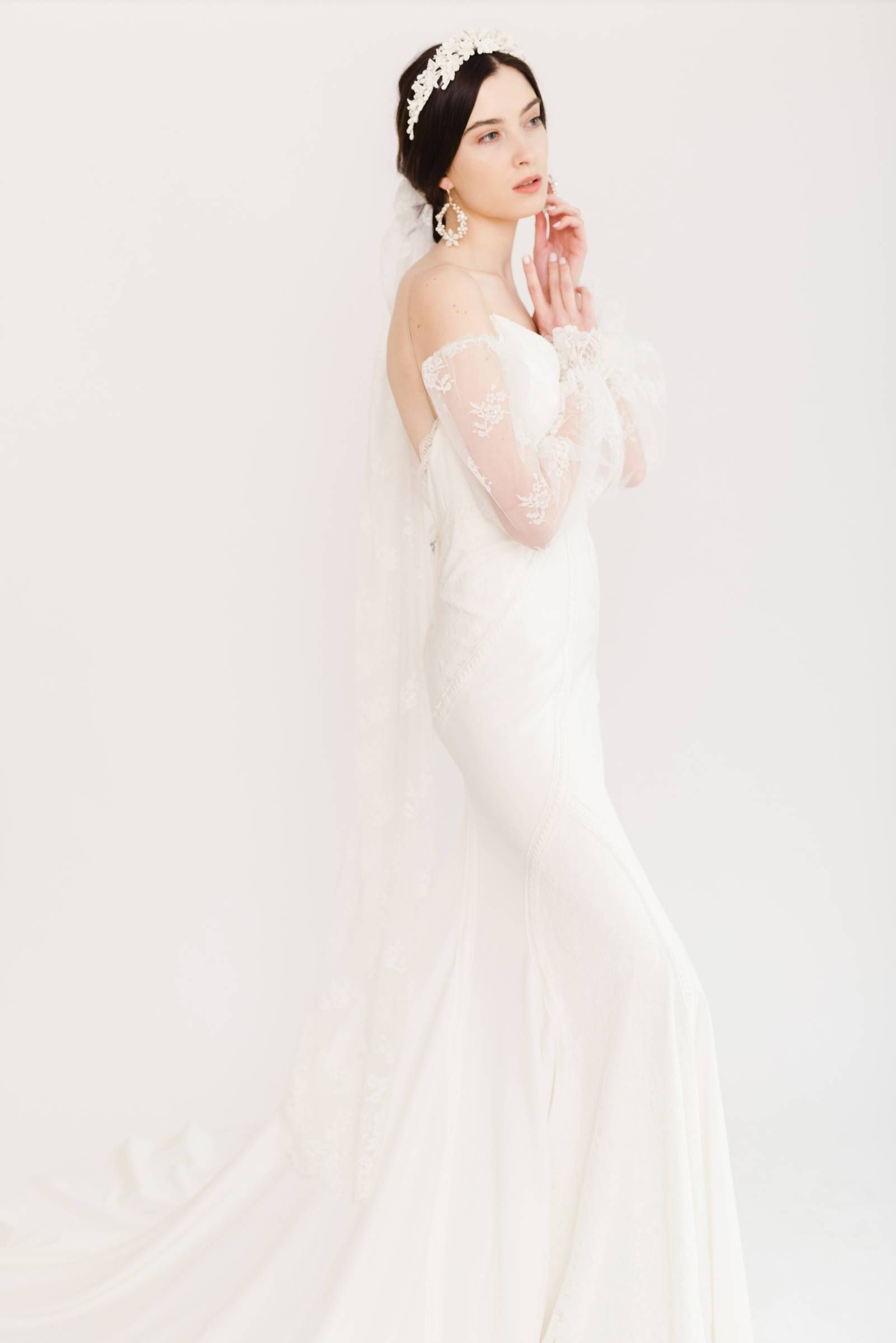 Minimalist Delicate Bridal Inspiration In Shades Of White Via Magnolia Rouge Bridal Inspiration Bridal Bridal Wear [ 2396 x 1600 Pixel ]