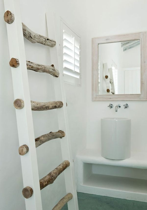 aus dicken sten und zwei wei en holzlatten wird eine dekorative praktische handtuchleiter im. Black Bedroom Furniture Sets. Home Design Ideas