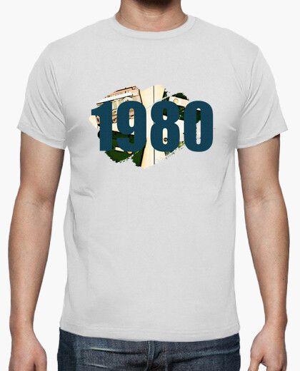 Camiseta vintage con cintas y el texto 1980