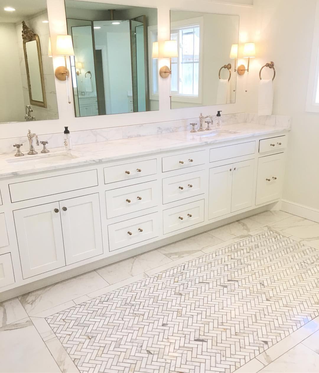Bathroom Remodel Featuring Calacatta Marble Countertops The Field Tile Is Our Imarmi Series Porcelain T Fliesenboden Badezimmerfliesen Badezimmer Fliesen