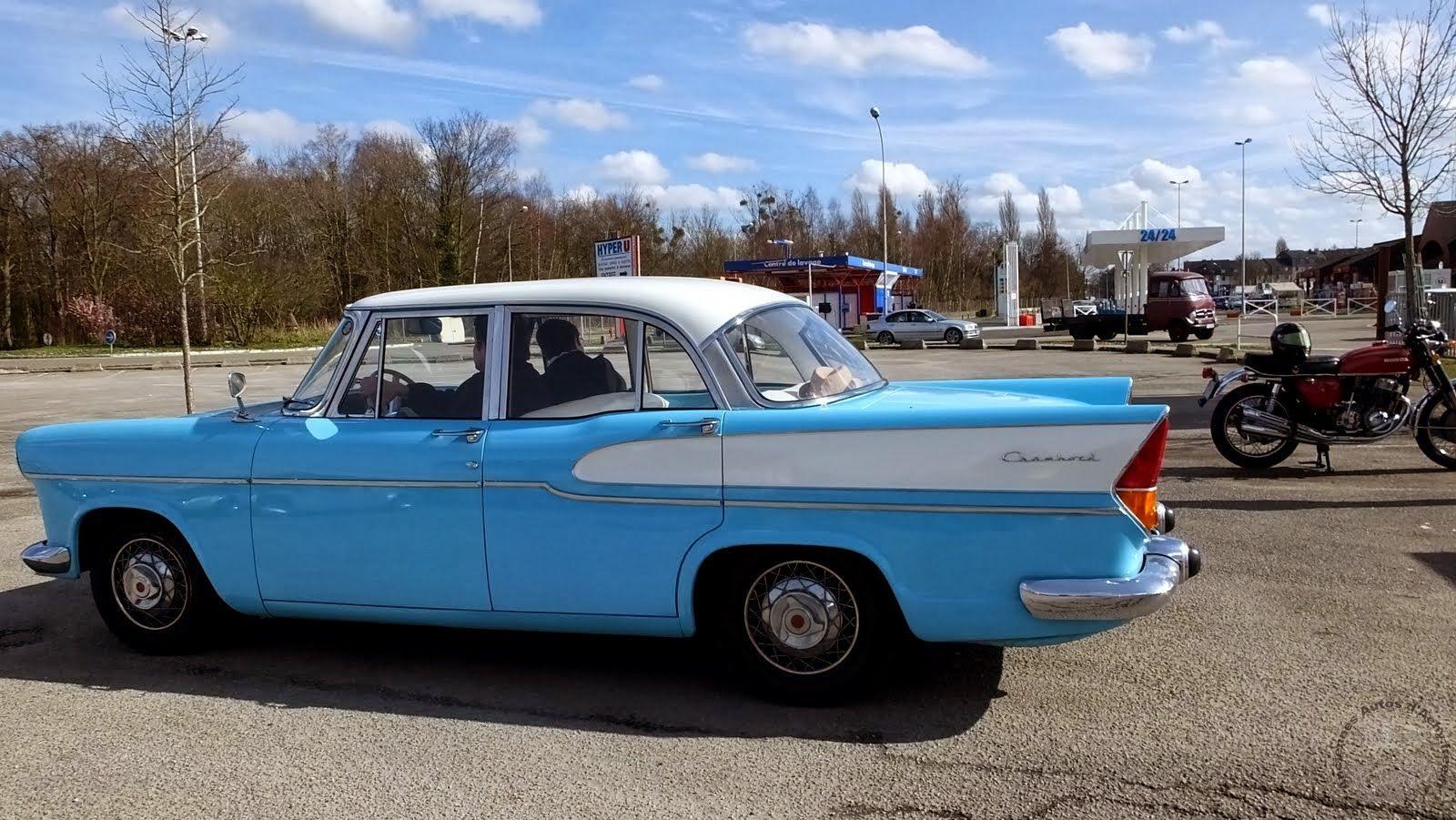 Beauvais (60) . Rendez-vous mensuel de véhicules anciens . Simca Chambord .