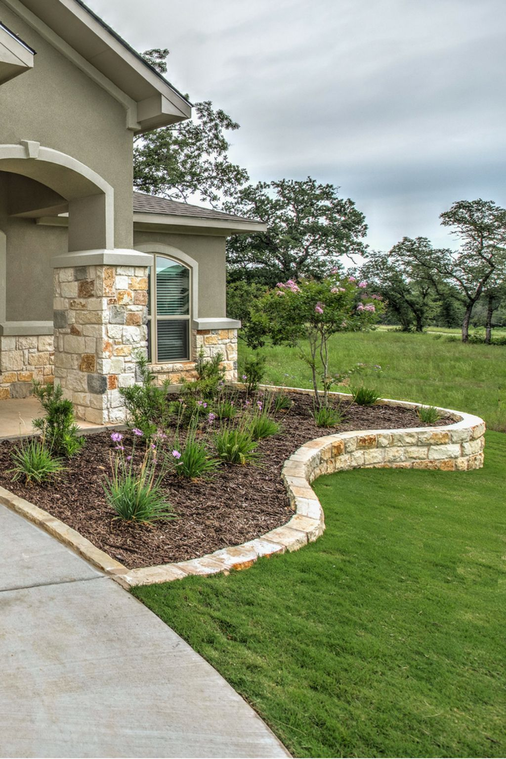 37 Gorgeous Front Yard Retaining Wall Ideas Perfect For Your Front House Trendehouse Front Yard Garden Design Front Yard Landscaping Design Backyard Landscaping