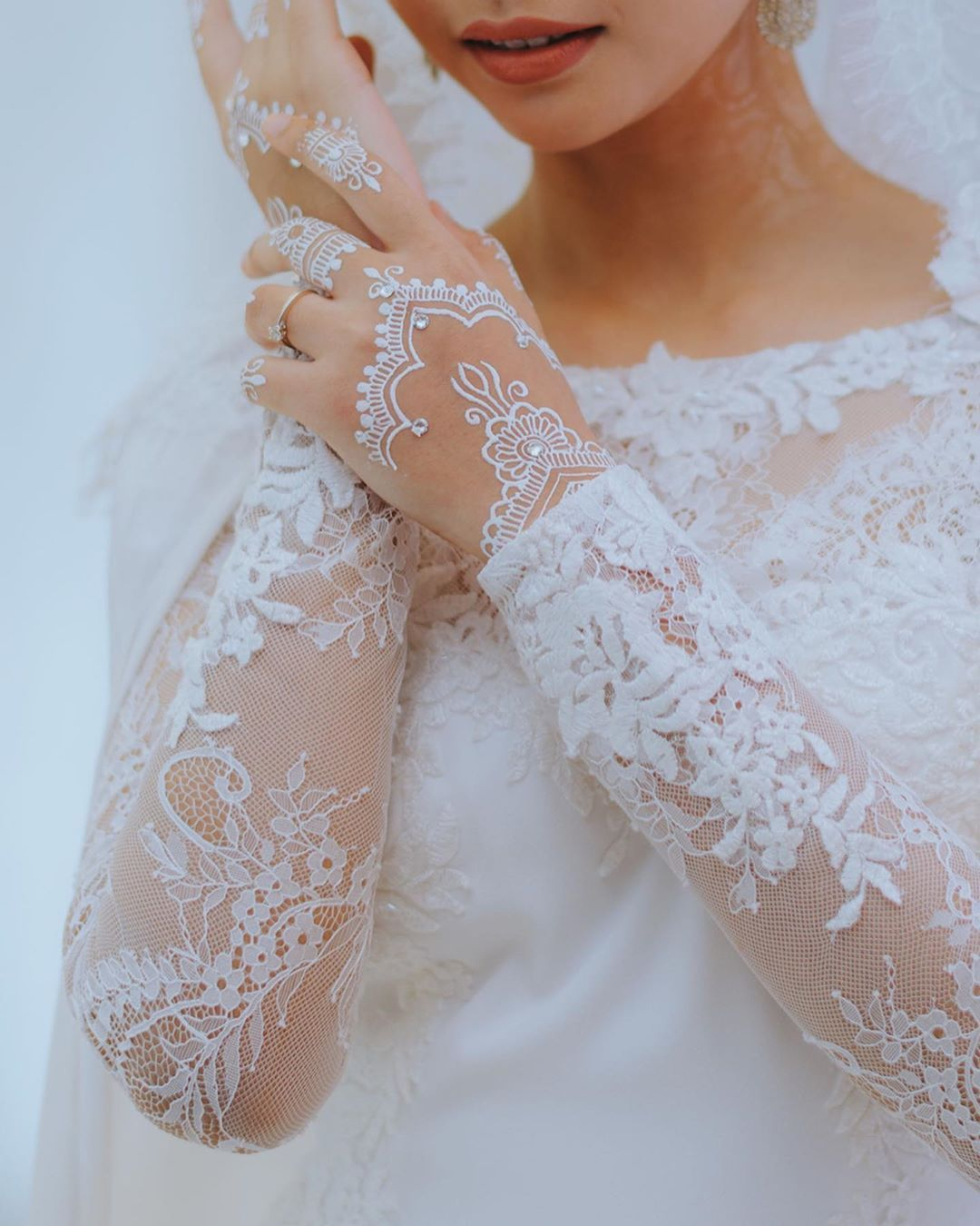White Wedding Dress With Henna: BRIDAL WHITE HENNA SERIES • Get Your White Henna Done For