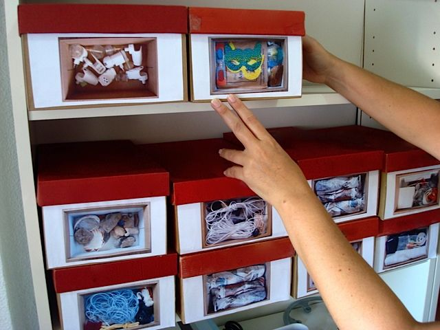 Cajas de zapatos pra organizar. Hace una foto del contenido, la imprime y la pega delante. (Ingenioso pero muy contaminante, en mi opinion)