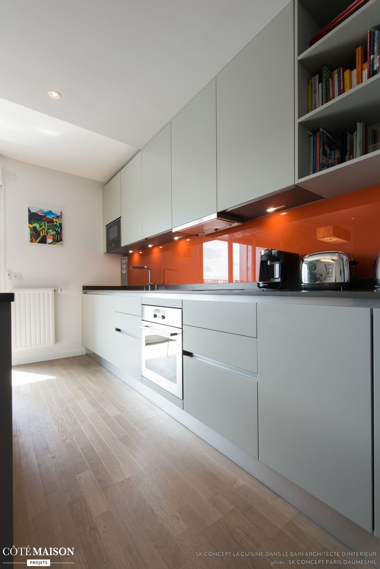 une cuisine en longueur avec cr dence en orange laqu e. Black Bedroom Furniture Sets. Home Design Ideas