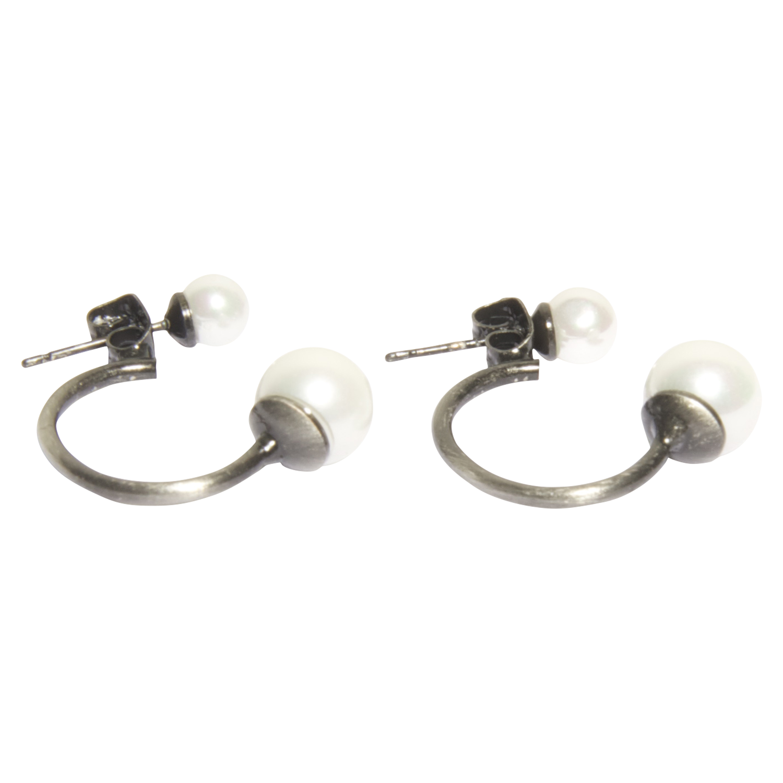 Pepe earrings silver fra Erbs Denmark. Sølv krogede øreringe med to perler - en i hver ende. Øreringen lukkes med en stik med perle på. Er også kaldet Pico | Dope