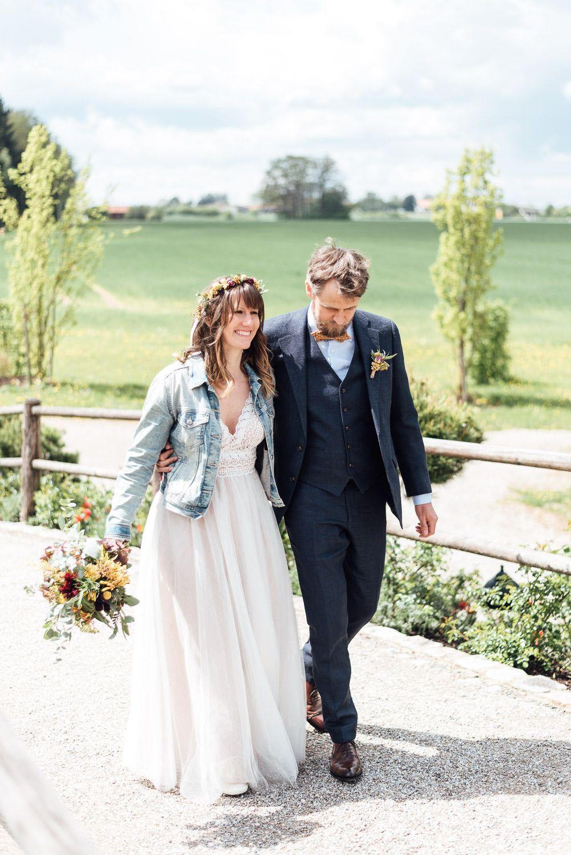 Naturliche Paarbilder Bei Einer Hochzeit Hochzeitsfotograf Freising Hochzeitsfotograf Burgunder Hochzeit Kleid Hochzeit