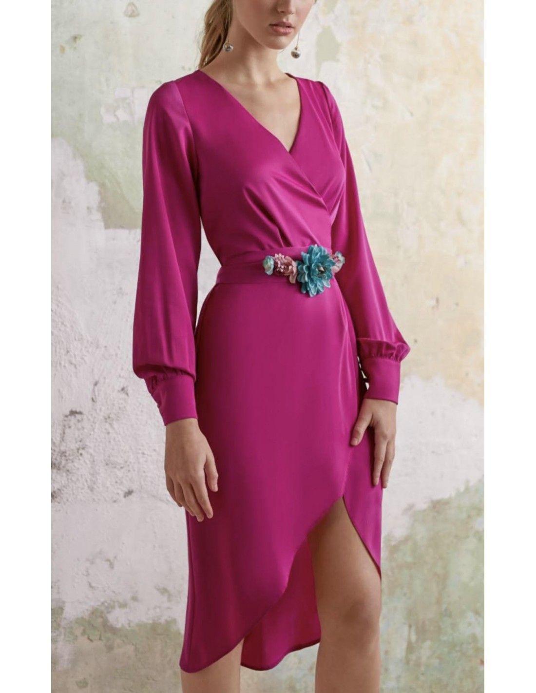 02b430011 Vestido Desa - Vestido en color buganvilla. Escote cruzado. Manga larga con  terminación en