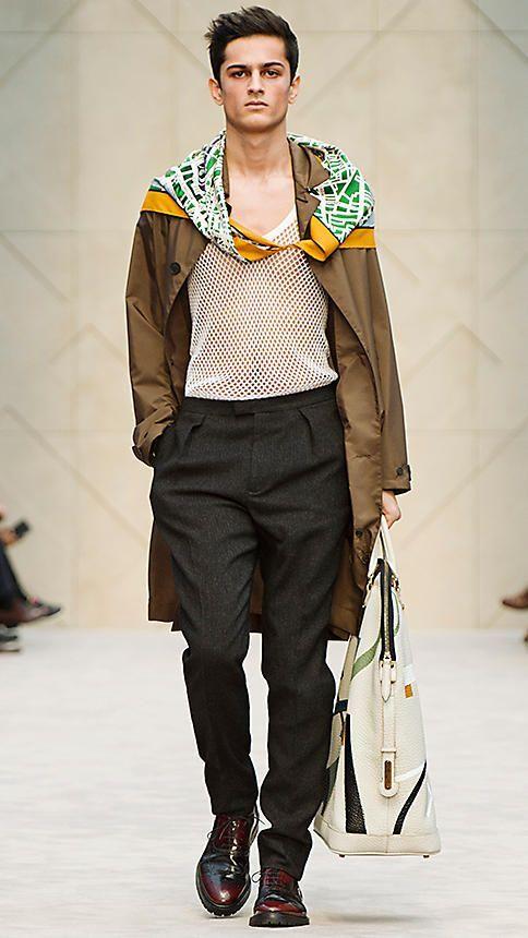 Comment nouer un foulard carré homme avec style dans un esprit dandy chic à  la mode. Nouer son foulard carré de façon masculine sous une chemise. c242f3c9434