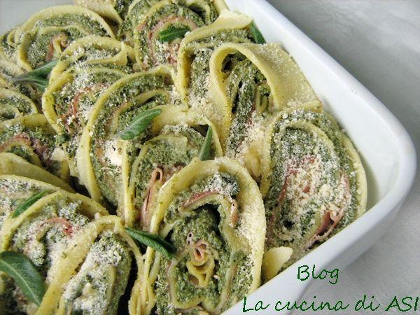 Questo rotolo con spinaci, ricotta e prosciutto cotto è un primo gustoso che potete condire con ragu, burro e salvia o salsa di pomodoro. La cucina di ASI