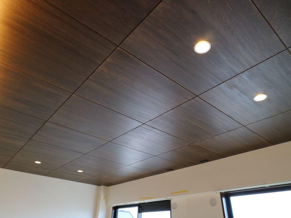 シナベニヤ 塗装で仕上げたリビングの天井 Wsサフマーレのws 814eを