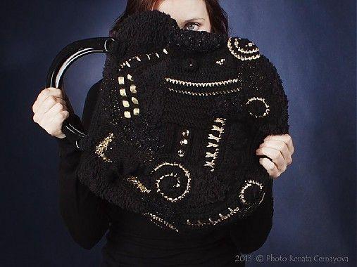 Čierno-zlatá freeform kabelka