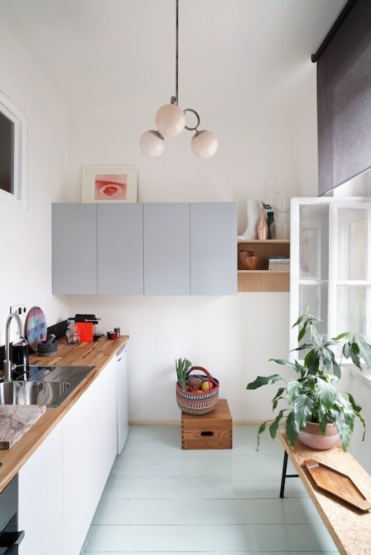 Kleine Küche Wohnung einrichten Küchenzeile Boden mint lackiert, hellgrau und ...#boden #einrichten #hellgrau #kleine #küche #küchenzeile #lackiert #mint #und #wohnung