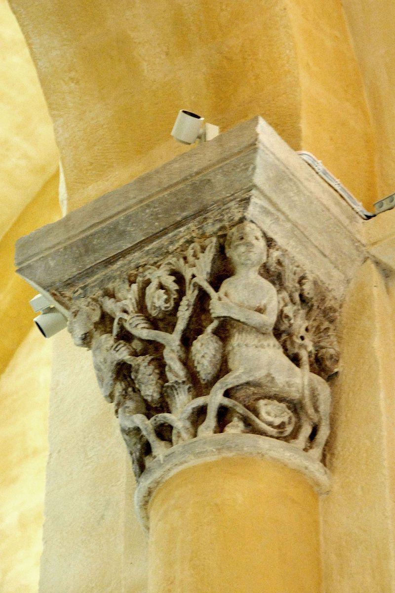 Interior of Notre-Dame du Port, Capitals — 256) IMAGES REVUES: Le sculpteur semble avoir combiné des traits des 2 chapiteaux aux centaures de Mozat. A Notre-Dame du Port, ces derniers tiennent d'une main une branche de l'arbre et de l'autre la queue d'un fruit à écailles retombant (comme dans une version de Mozat). Les rinceaux qui poussaient aussi de l'arbre (dans l'autre version) sont devenus plus maigres et les centaures, au lieu de les fouler (comme dans cette même version), .....