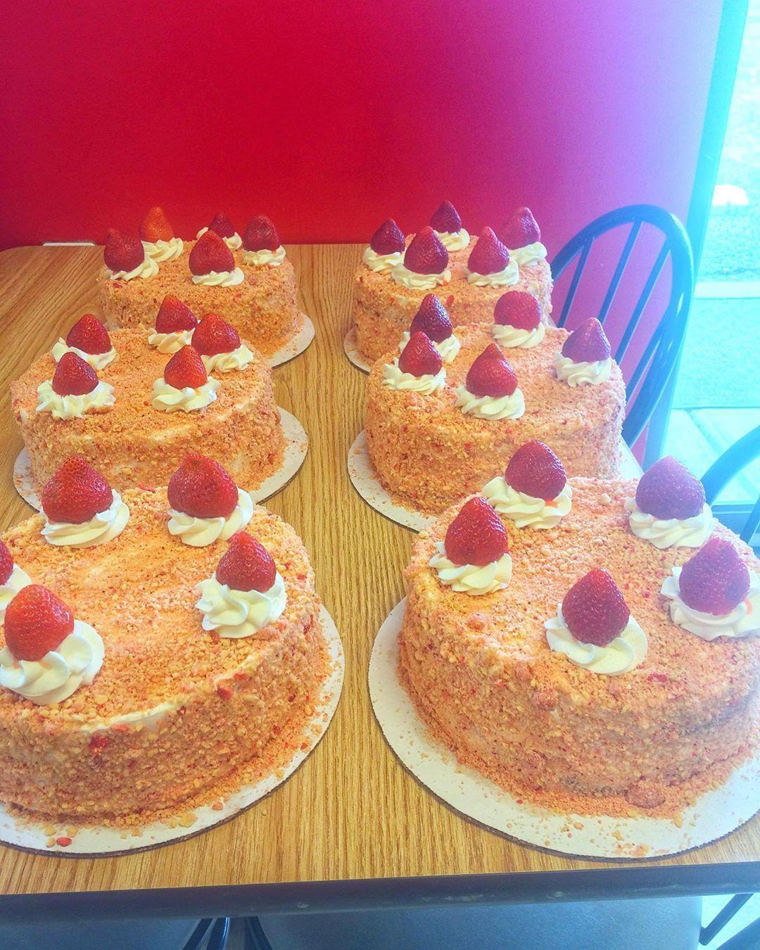 Probably my most POPULAR CAKE!!!! * * * * * * * _hub & my most POPULAR CAKE!!!! #stawberrycrunchcake * * * * * * * #chocolate  #cake #guiltypleasure #comfortfood #sweets #sweet #dessert #desserts #baking #bakedgoods #treats #mom_hub &