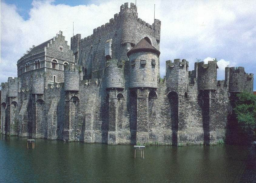 the role and examples of european castles As villages developed alongside the castle, occupations began to differentiate during the middle ages indeed, the growth of many towns directly resulted from the introduction of commercial endeavors, which were necessary to sustain the castle or the manor, as well as the local populace.