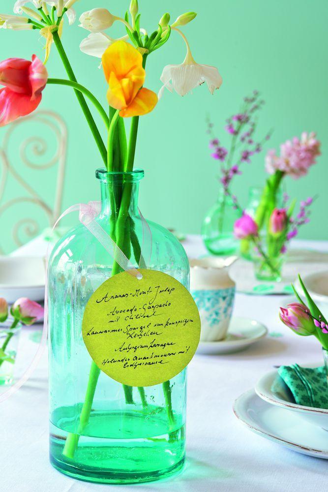 Blumen in Glasflaschen arrangieren, Kreise aus buntem ...