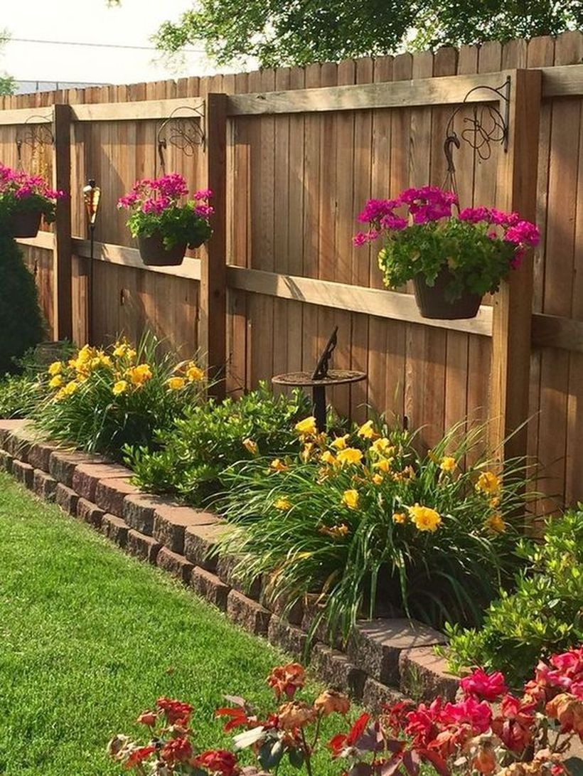 20 Garden Fence Decoration Not To Make It Looks Boring Matchness Com Small Front Yard Landscaping Small Backyard Landscaping Backyard Garden Design Backyard garden fence design