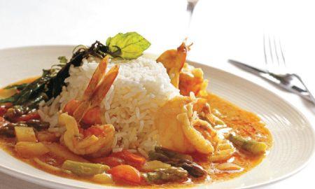 Receta a base de arroz y langostinos con el dulce sabor del coco y la fuerza del curry.