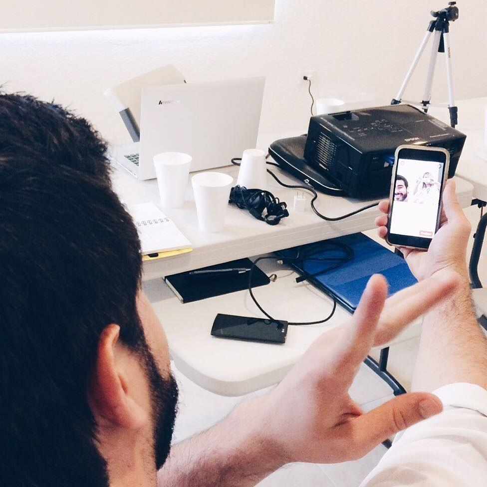 Qué video publicar en Facebook.. uno directamente en FB o uno de YouTube?  Los resultados de estudios son contundentes.. el ganador es el video nativo de FB y ni què decir de las transmisiones en vivo!! Hay 1.5 millones de millones de usuarios móviles mensuales activos en FB  la gente adora los videos en Facebook..! Si tu objetivo es tener una audiencia de calidad que te vea una y otra vez en el mismo lugar y reutulizar las video transmiiones para atraer leads a tu página web entonces…