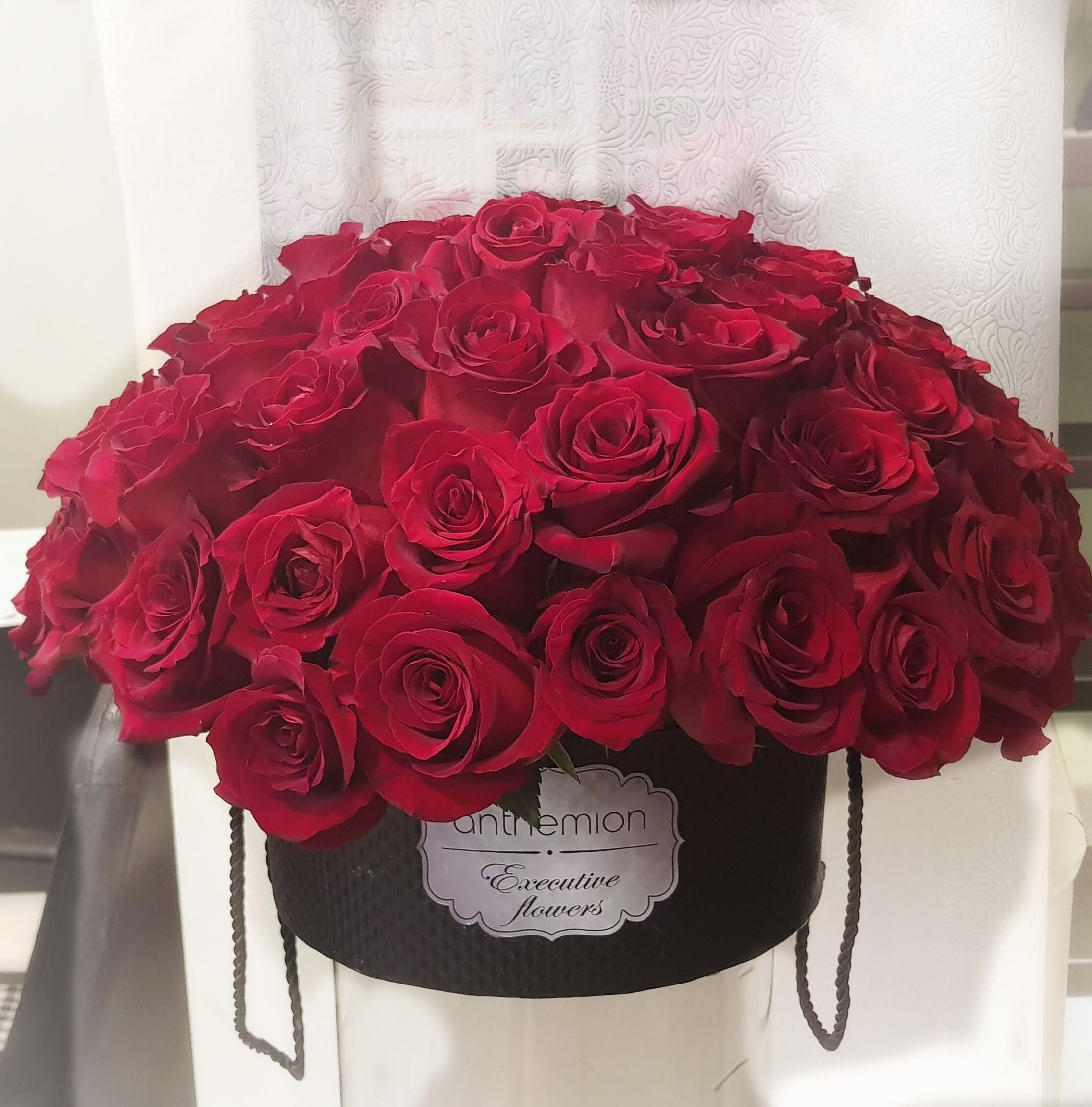 Beautiful Red Roses Arrangement In A Black Gift Box For Your Loved Ones Online Flower Shop Flowers Buy Online Flowers Send Online Flowers Online Flow