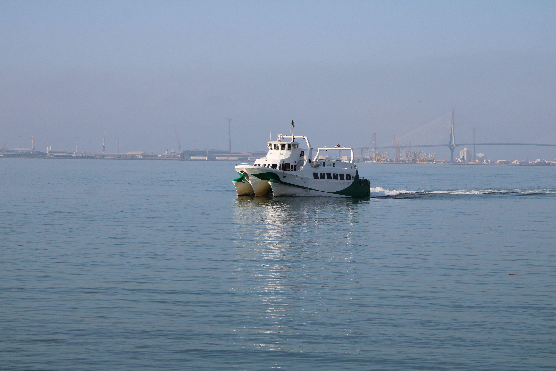 catamarán en mitad de la bahía de Cádiz, rumbo a El Puerto de Santa María