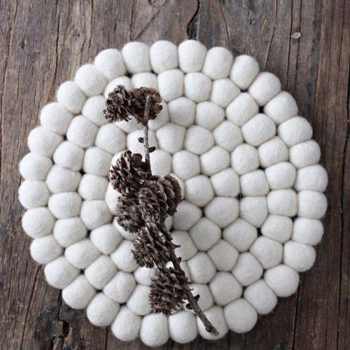 Pehmeää ja piikikästä by @mrsmondayblogg  #sukhimatot #sisustus #valkoinen #mustavalkoinen
