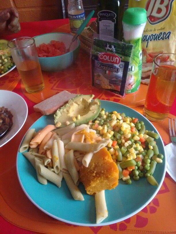 Pasta de colores, Palta,Zapallo, choclos con zanahorias,tomate,arvejas y jugo de durazno.