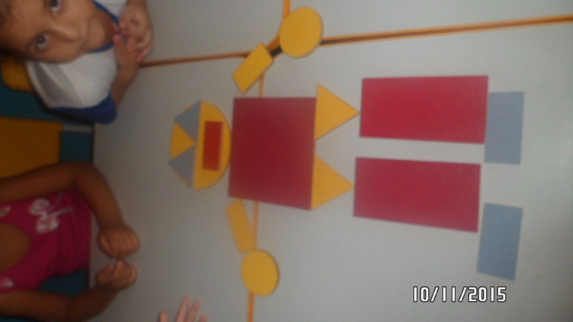 Nossa turma do maternal II brincando com blocos lógicos