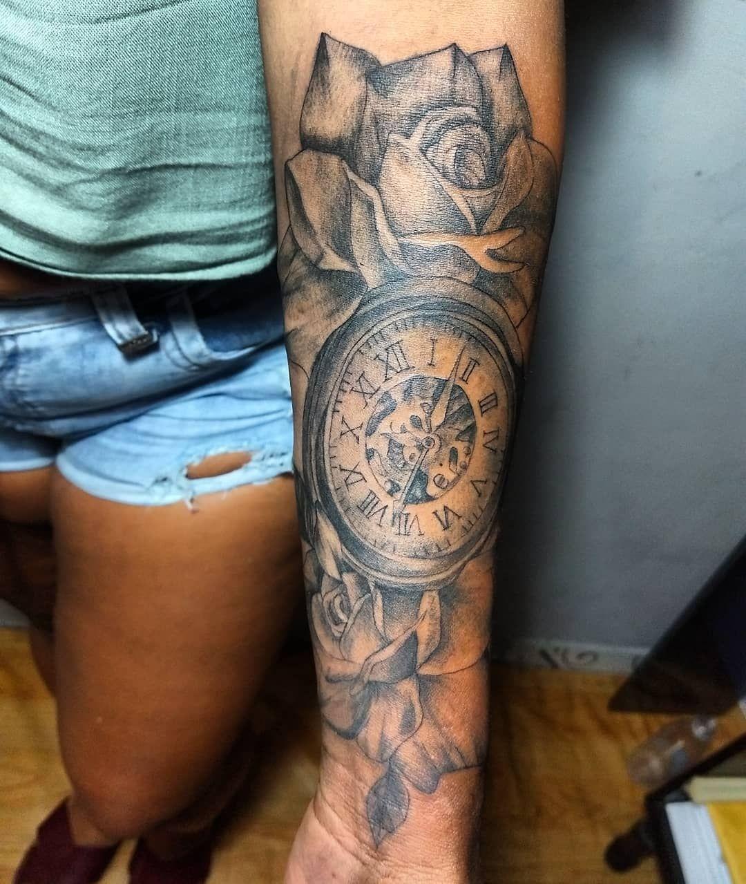 Rosas🌹🌹 Relógio🕔🕔.. @danielle.patricia.904  #tattoofeminina #rosas #relogios #rosastattoo #realismo #realismotattoo #drawingtattoo #drawing #tattoo #tattoostudio #inktattoo #recife #brasil