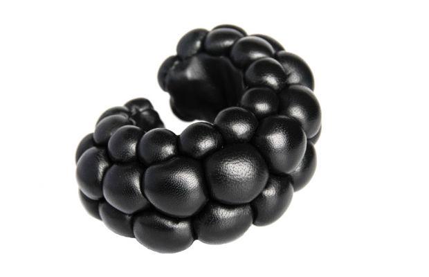 julie bach -BIG Berry Bracelet - 2.400,00 DKK (Danemark)(=322€)  - Størrelse: H: 6 cm, B: 12 cm, D: 10 cm / One size Materiale: Japansk kalveskind/lammenappa, tråd, vatfyld.