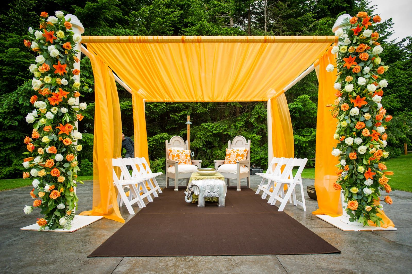 Yellow orange and white flowers for outdoor decorations for Outdoor dekoration