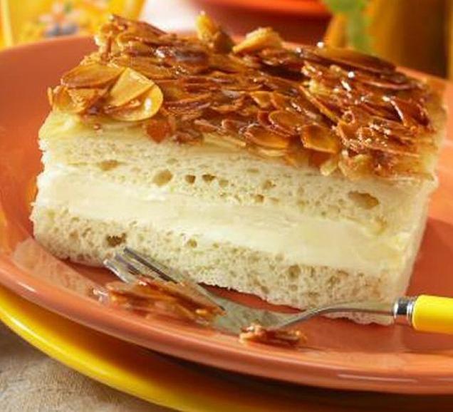 Klassische bienenstich torte