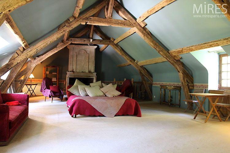 Une chambre rustique sous les combles. Photo : www.miresparis.com ...