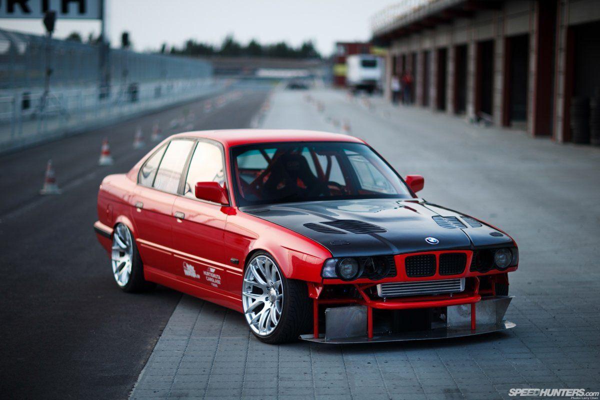 BMW E34 M5 vyfocené s netradiční přední maskou.