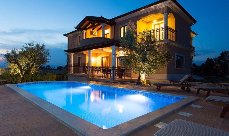 Kostengünstiges Ferienhaus mit Pool für zehn Personen