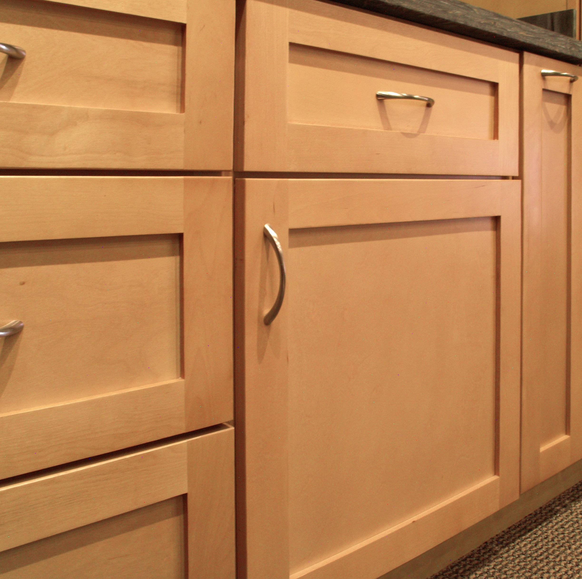 sonoma natural maple shaker style door features a 5 piece drawer front opposed to a slab