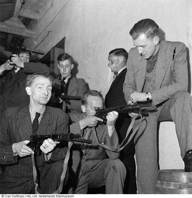 Leden van een verzetsgroep krijgen in de Stadsschouwburg illegaal wapeninstructie, Amsterdam (1945)