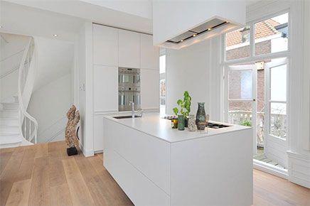 Compacte Woonkamer Inrichting : Lichte woonkamer met compacte open keuken interior design by