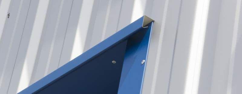 Trapezblechwand Mit Fensterlaibung Und Tropfprofil Blech Fassade Trapezblech Fensterlaibung
