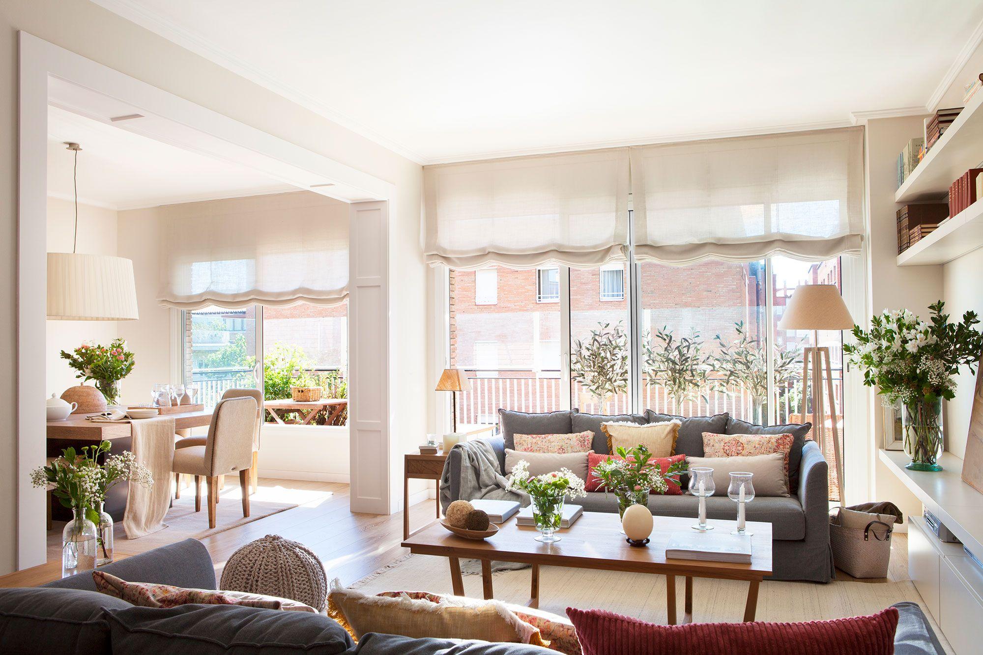 Sal n con comedor con granes ventanales a la terraza for Ideas decorativas para salas