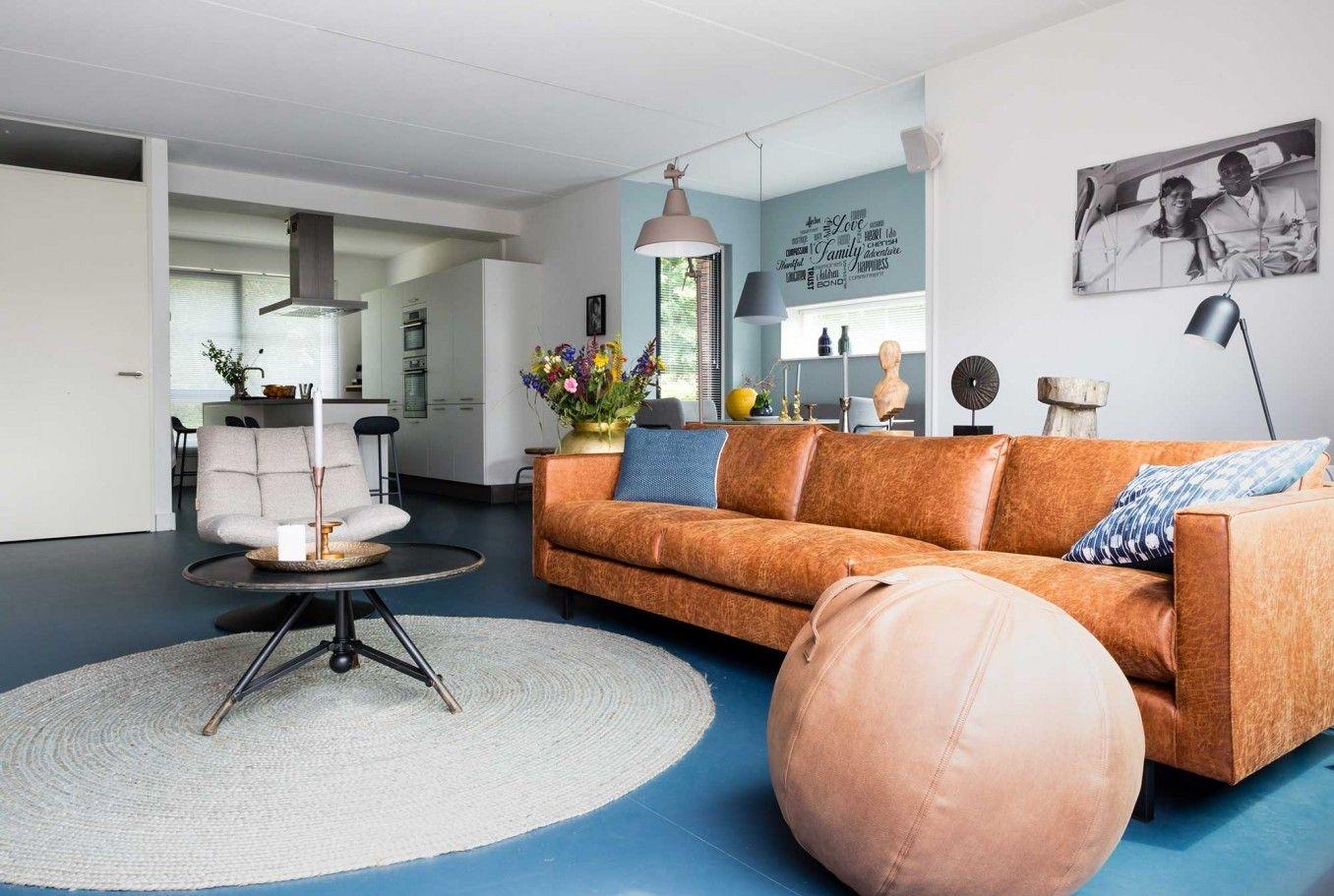 Witte Marmoleum Vloer : Blauwe marmoleum vloer met bruin leren bank bij alicia en shabaka