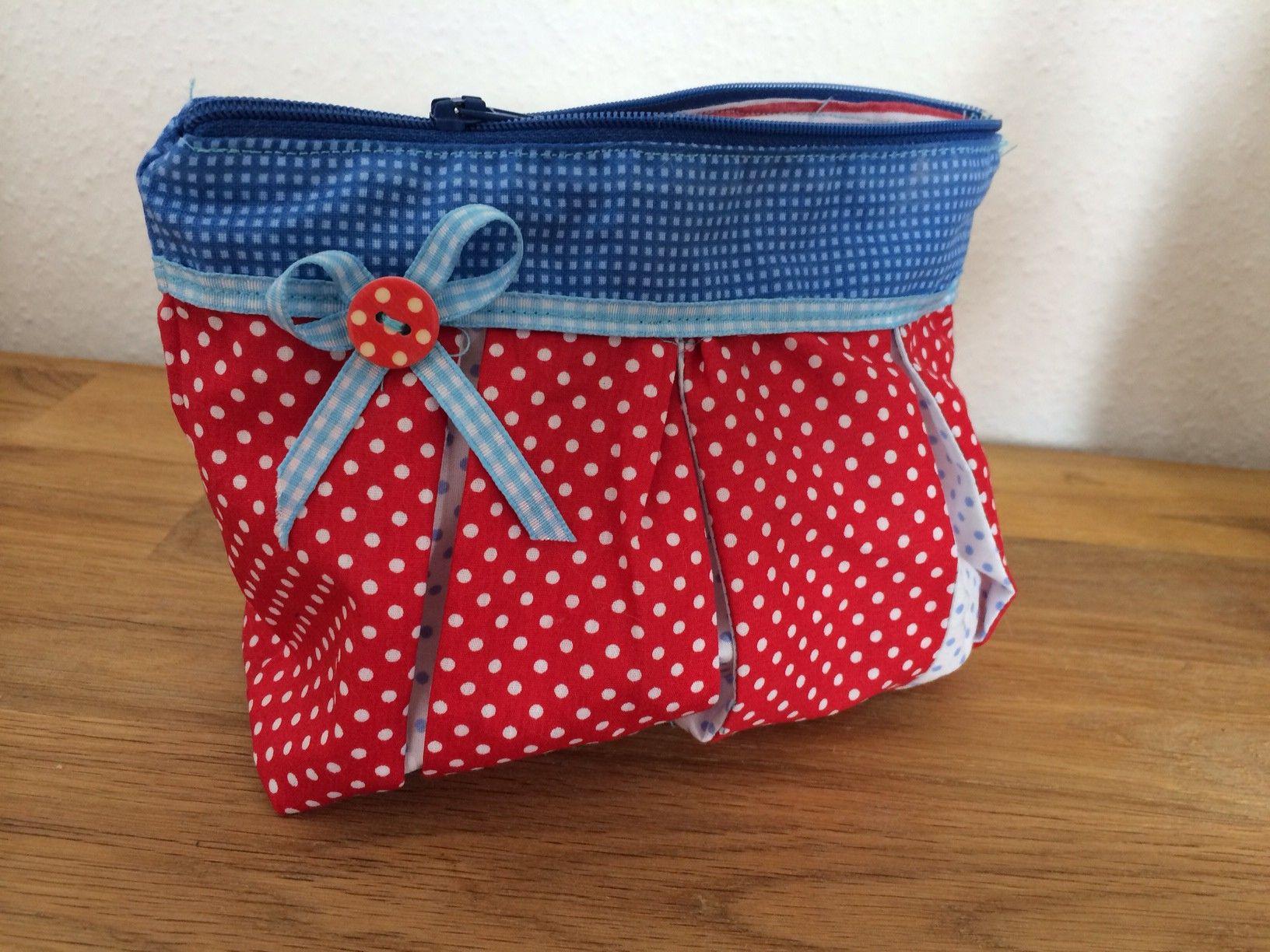 """Kosmetiktasche """"Susie"""" Blau und Rot mit Punkten http://infografik-design.com/kosmetiktaschen-selber-naehen-fuer-anfaenger/ #nähen #Kosmetiktasche #Tasche #DIY"""