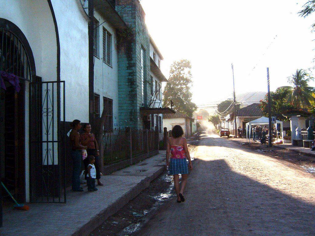 Rue devant el Centro Santa Clara (sous la pluie), Juticalpa, Olancho, Honduras,