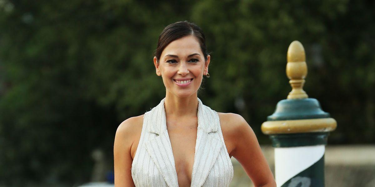 Giorgia Surina splende a Venezia e regala perle di stile con il vestito bianco dalla doppia anima
