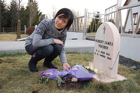 Women's world chess champion Hou Yifan, visits Bobby Fischer's grave