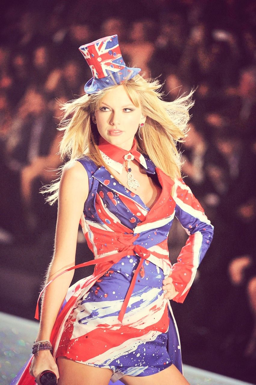 Taylor Swift looking stunning while preforming at the 2013 Victoria Secret Fashion Show #secretswifty